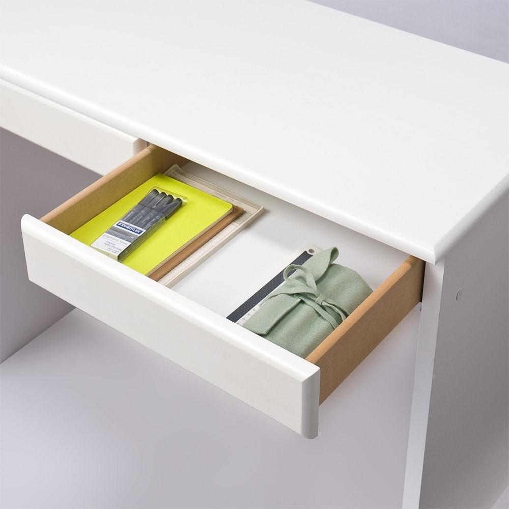 パイン天然木 薄型シンプルデスクシリーズ デスク 幅150cm (イ)ホワイト 収納イメージ…書類や文房具の収納場所に。A4サイズも入ります。