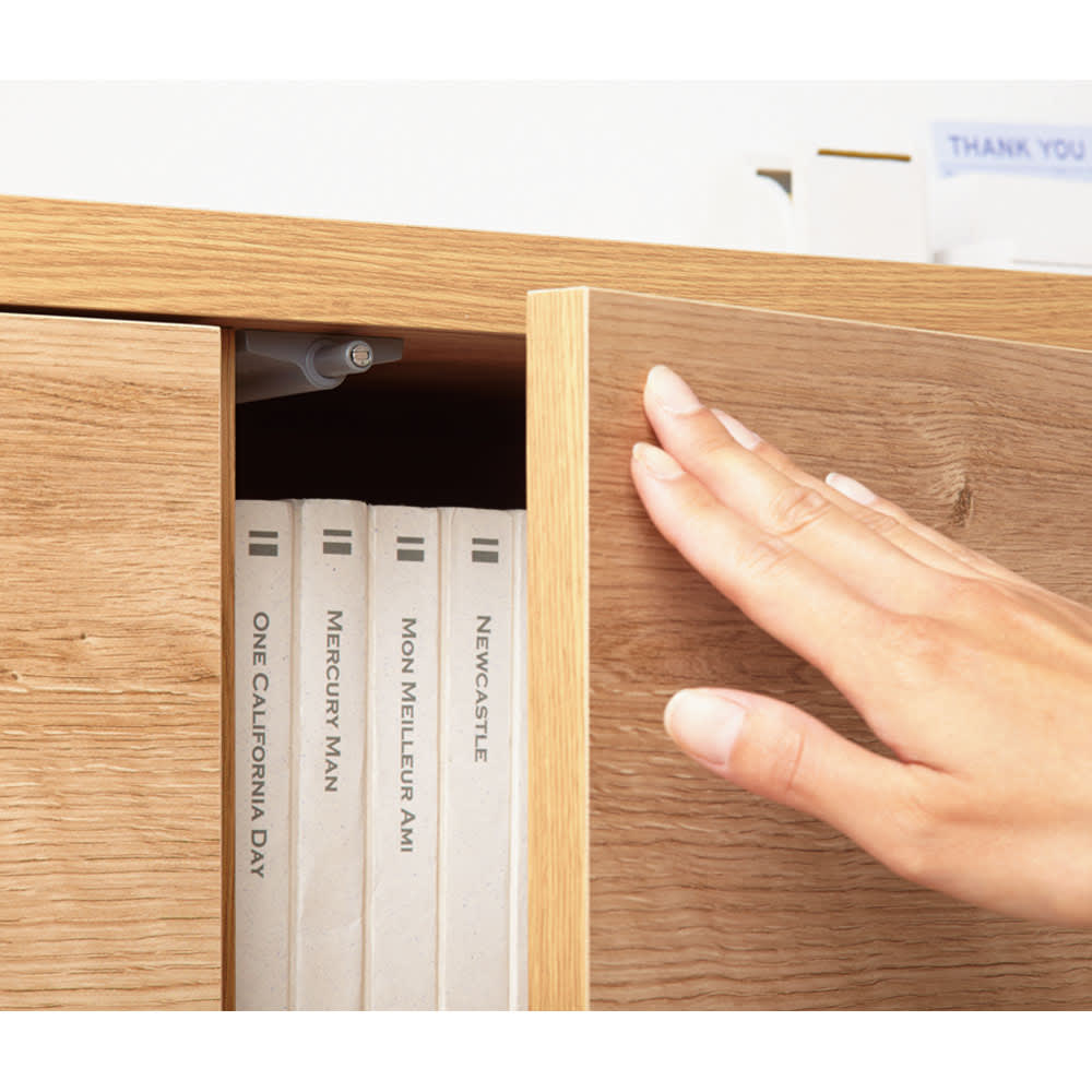 天然木調薄型コンパクトオフィスシリーズ 2枚扉キャビネット・幅80cm ワンタッチ開閉のプッシュ扉。