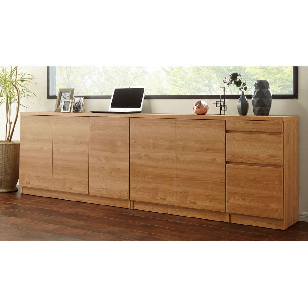 天然木調薄型コンパクトオフィスシリーズ 3枚扉キャビネット・幅120cm 使用イメージ ※お届けは一番左の3枚扉キャビネットです。