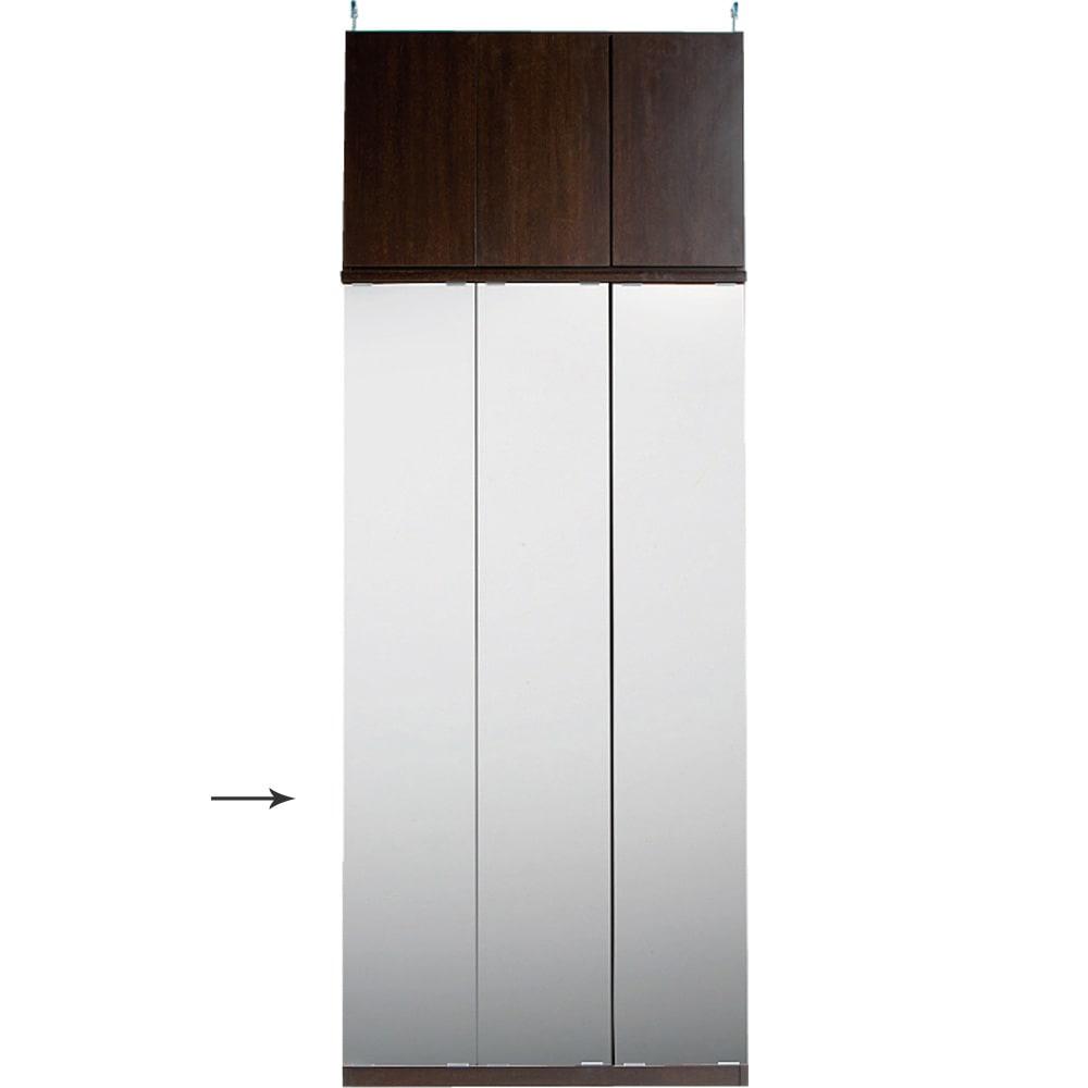 効率収納できる段違い棚シェルフ [本体 ミラー扉タイプ 開き戸 幅90cm] 奥行32.5cm 高さ180cm 突っ張り上置きとの設置例 幅が同じサイズであれば、ミラー扉と板扉は組み合わせ可能です。写真はミラータイプの本体と板扉の上置きとの設置例です。