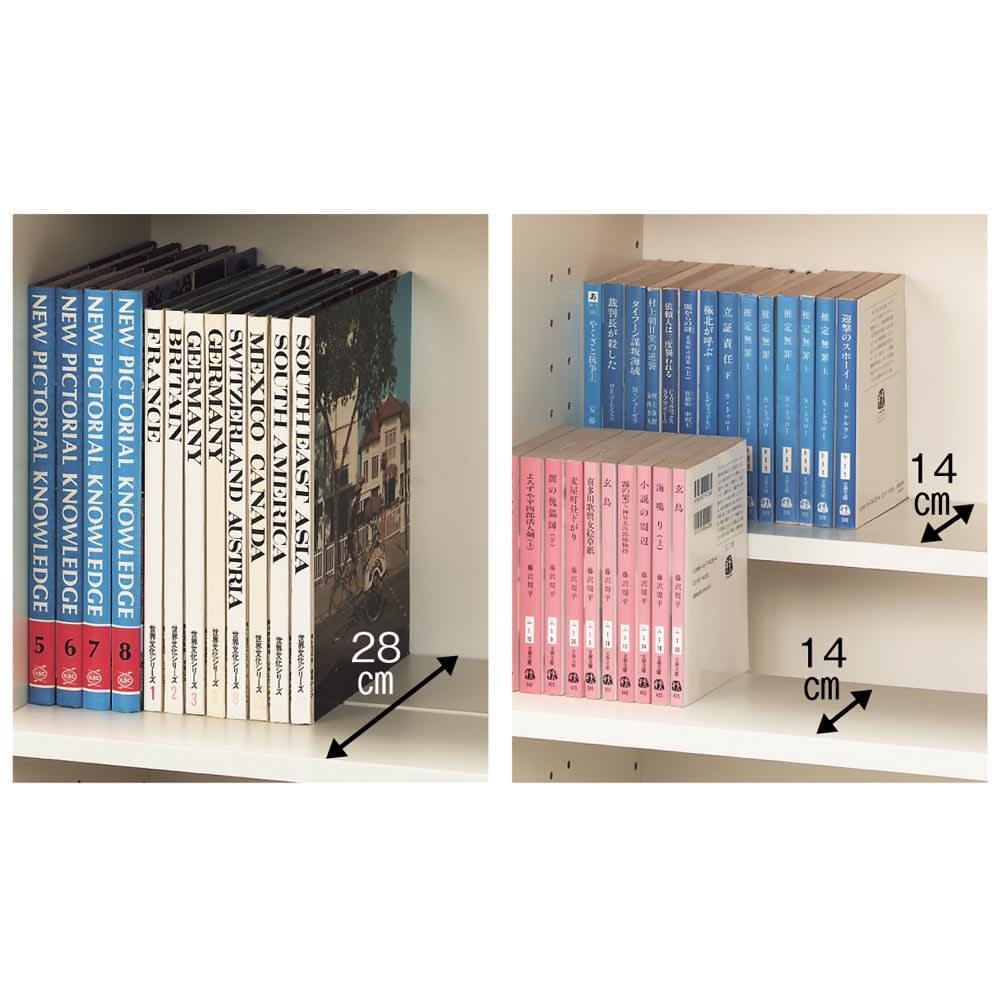 効率収納できる段違い棚シェルフ [本体 ミラー扉タイプ 開き戸 幅90cm] 奥行32.5cm 高さ180cm 棚板は手前と奥の2分割式。2枚を段違いにセットすれば、奥の本のタイトルが見やすい状態で大量収納できます。また、2枚を同じ高さにセットすれば、通常の棚板の2倍の奥行になり、大判の書籍も余裕で収納できます。(上置きは段違い棚ではありません)