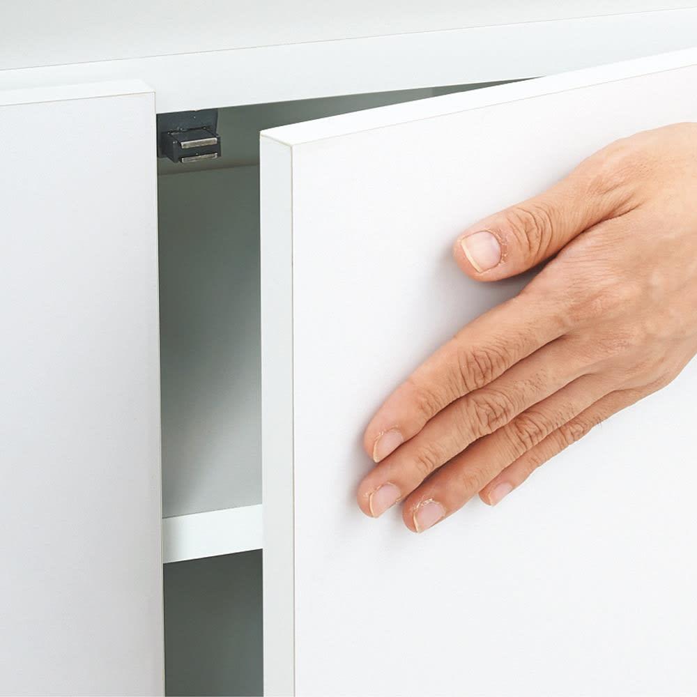 組立不要1cmピッチ頑丈棚板本棚 扉タイプ 扉は取っ手のないプッシュ式。