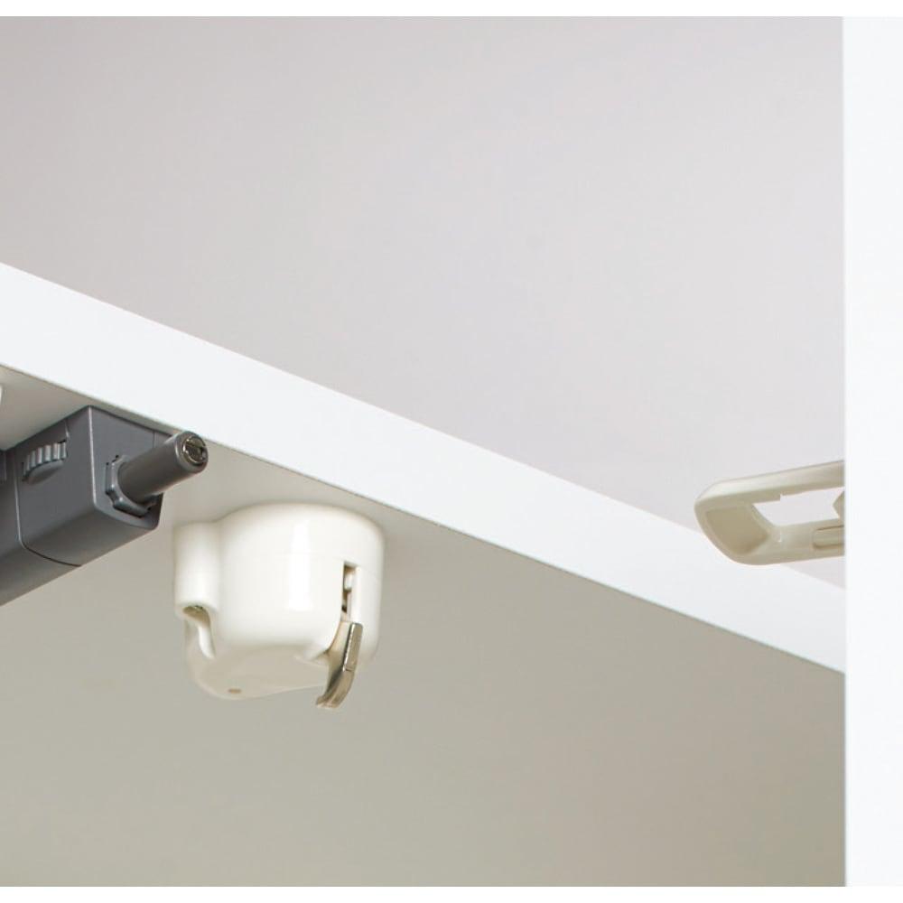 LEDライト付きコレクションシェルフ PCデスク 幅78cm 振動で扉をロックする耐震補助ラッチ付き。