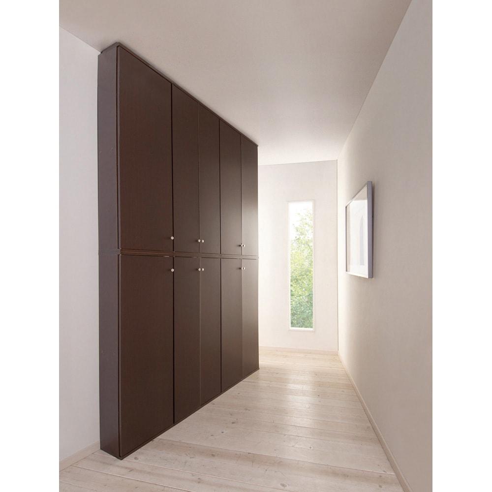 天井対応高さを選べるすっきり突っ張り書棚 奥行22cm・1列棚タイプ 本体高さ240cm(天井対応高さ243~253cm) 廊下など狭いスペースに。 (使用イメージ)(イ)ダークブラウン