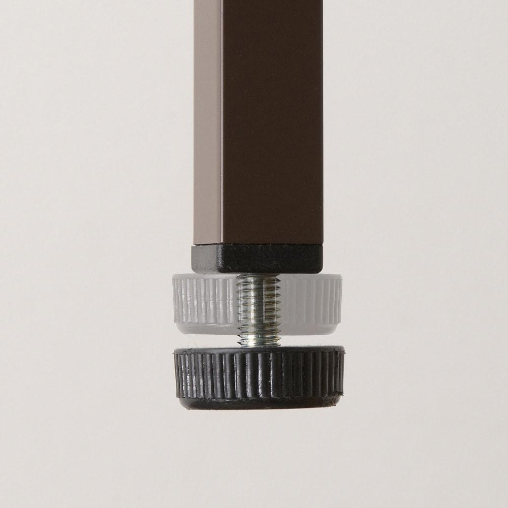 パンチングコミックラック 突っ張り式(奥行21・高さ216~279cm)コミック用 幅119cm 脚部には床のガタツキに対応するアジャスター付き。