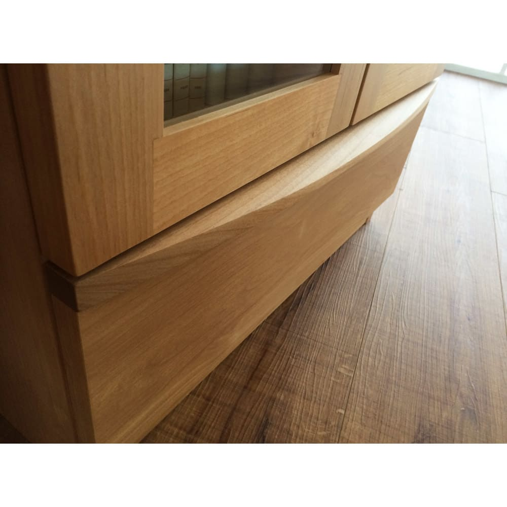 アルダー天然木頑丈書棚幅77奥行42ハイタイプ高さ180cm 取っ手は無垢材で、高級感があります。