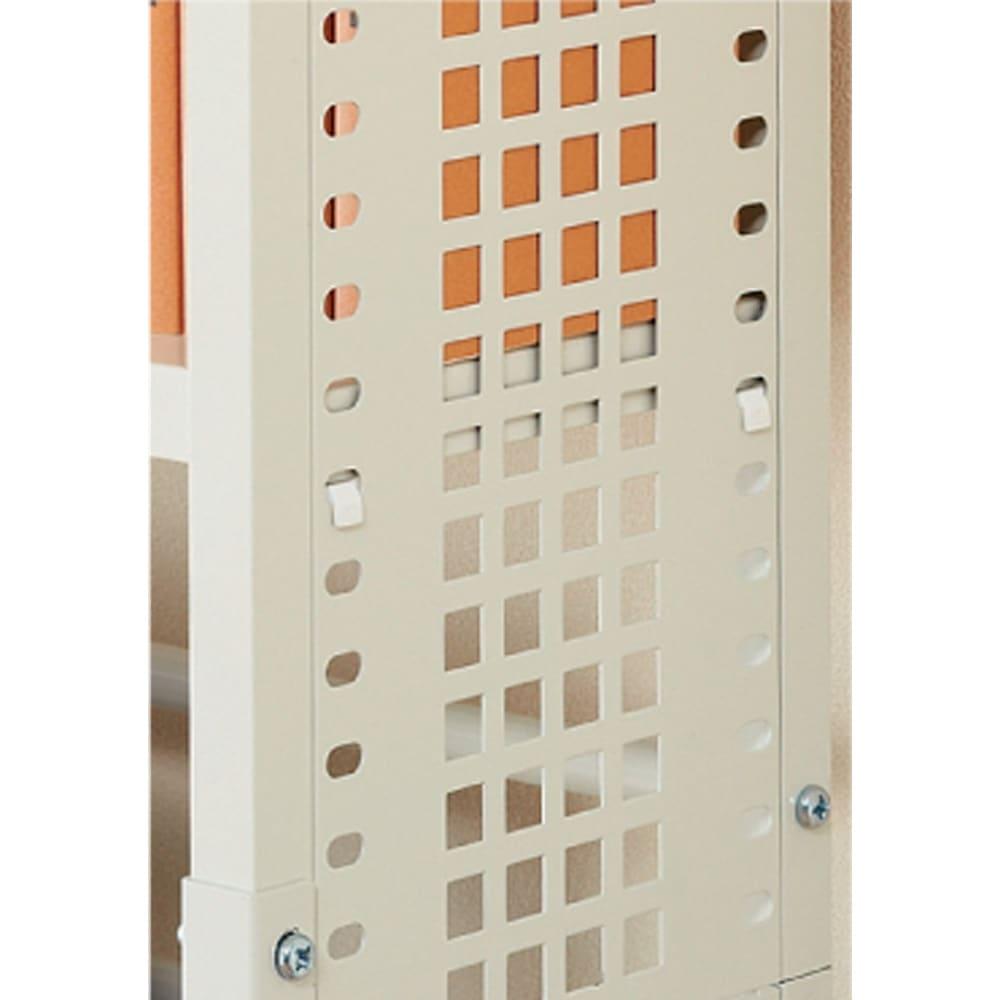 スチール製 突っ張りラック 奥行31cm 幅60cm 棚板の固定はネジではなくフック式なのでレイアウトが簡単。