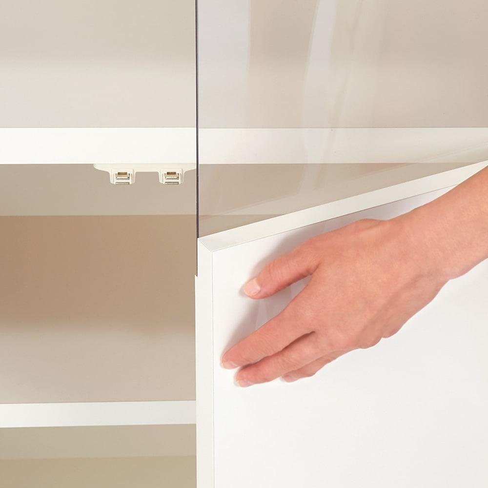 【完成品】LED付きギャラリー収納本棚 幅120奥行20cm 4枚扉タイプ 扉はワンタッチで開閉できるプッシュ式です。