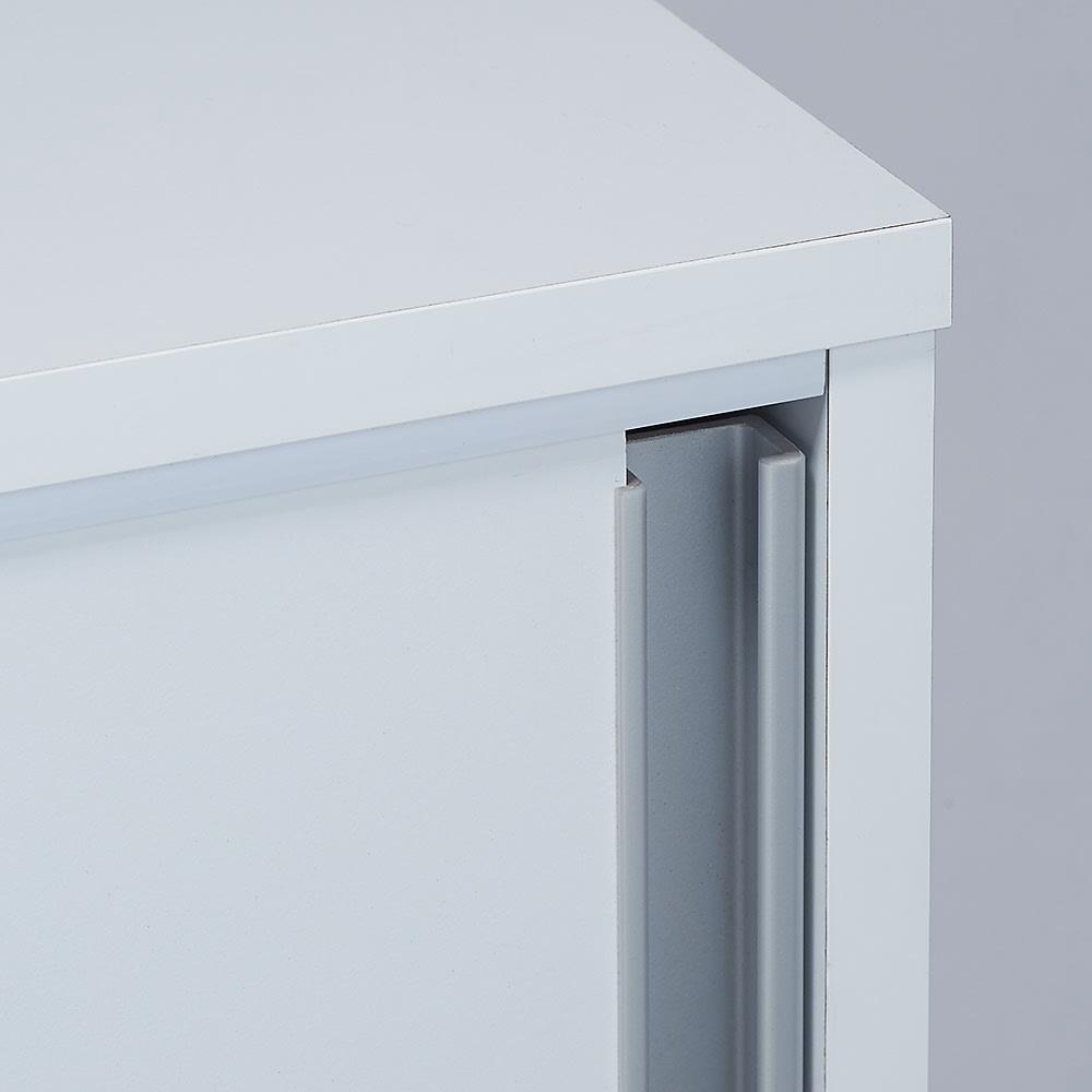 大量収納が自慢の引き戸式本棚 幅120本体高さ228cm 奥行40cm 取っ手はどこでも手が掛けやすいラインタイプ。突っ張りタイプも手が届きやすく開けやすいです。
