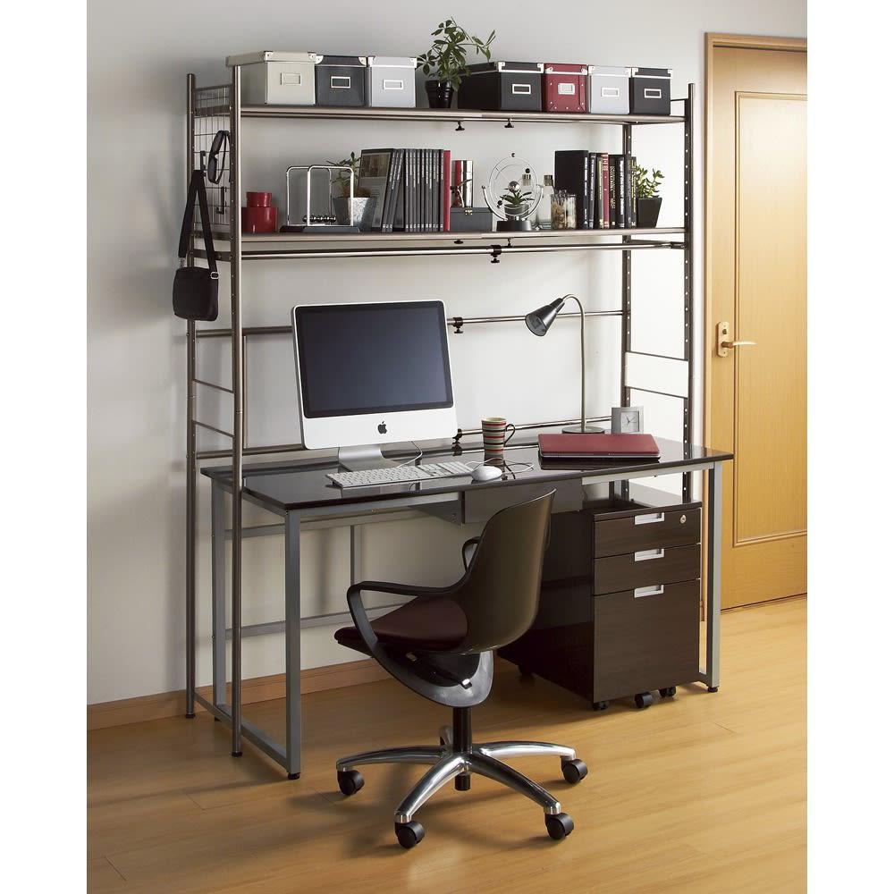 頑丈フレキシブル伸縮ラック 突っ張り式ハイ幅103~160cm 色見本(ア)ダークブラウン デスク上にも 棚の位置は上段でも下段でも設定可能。