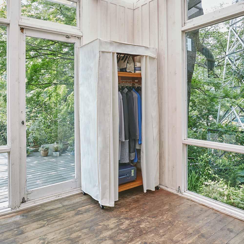 【総耐荷重約50kgで頑丈なつくり】 キャスター付き天然木ハンガーラック 幅90cm コーディネート例 別売りのカバー使えば日焼けやホコリから守ります。