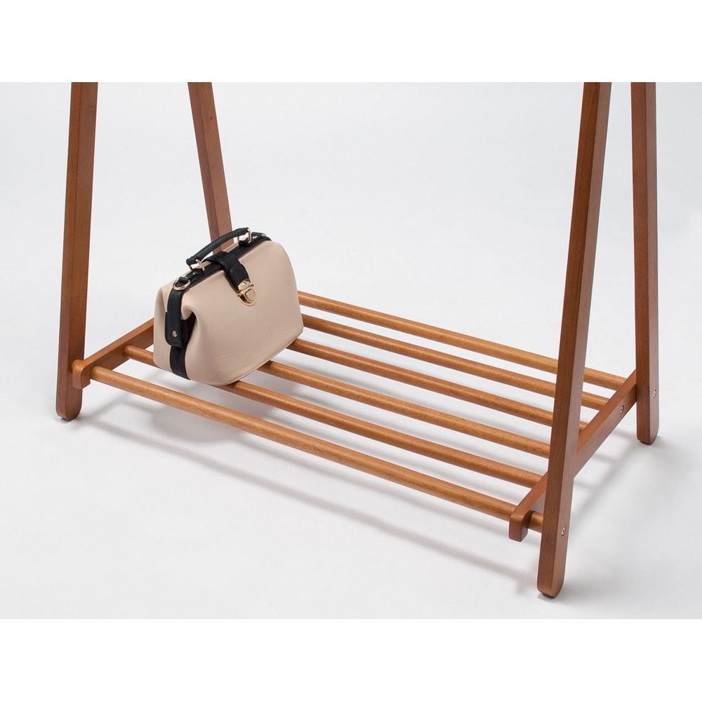 【スリムにたっぷり収納できる】 総耐荷重約50kg 天然木A型ハンガー 幅118cm バッグ置きに便利な下棚付き。