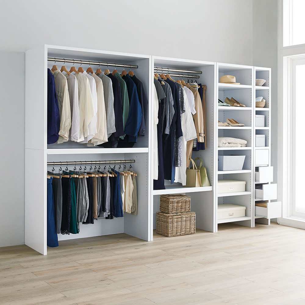 ウォークインクローゼット収納シリーズ 棚タイプ 幅30cm・奥行55cm コーディネート例:衣類やバッグ類を見やすくたっぷり収納。天井近くまで高さを活かして収納効率もアップできます。