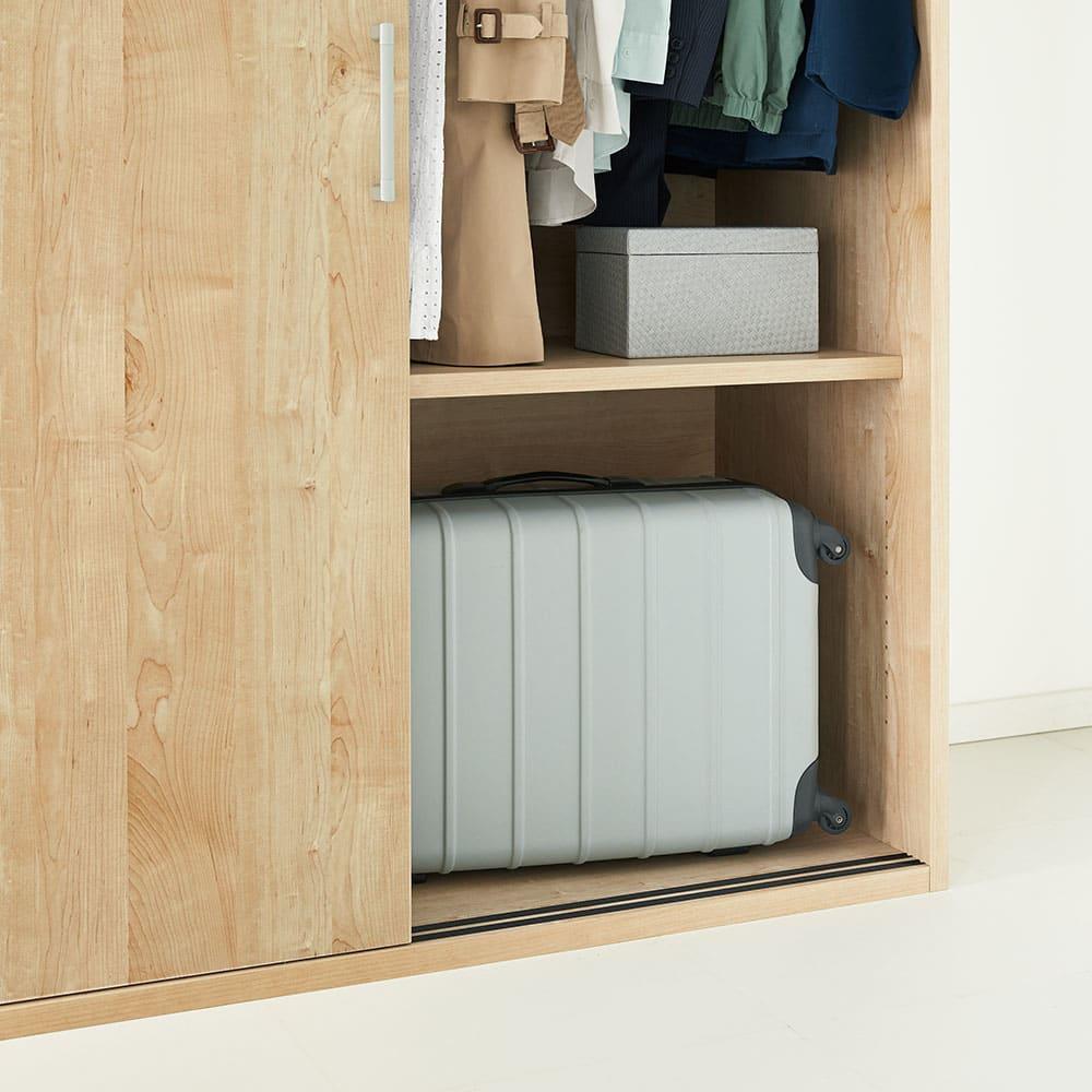 【オシャレな北欧風デザイン】天然木調 引き戸クローゼットハンガー 幅90cm 棚板が外せるので、スーツケースや箱物など高さのあるものも収められます。