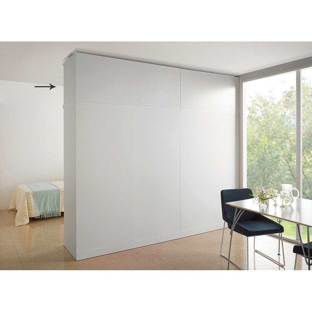 引き戸間仕切りワードローブ 幅148cm用「オーダー上置き」 ホワイトの間仕切りだと、まるで部屋の壁面みたいです。 ホワイト本体(別売)の上に上置きを設置して撮影しています。