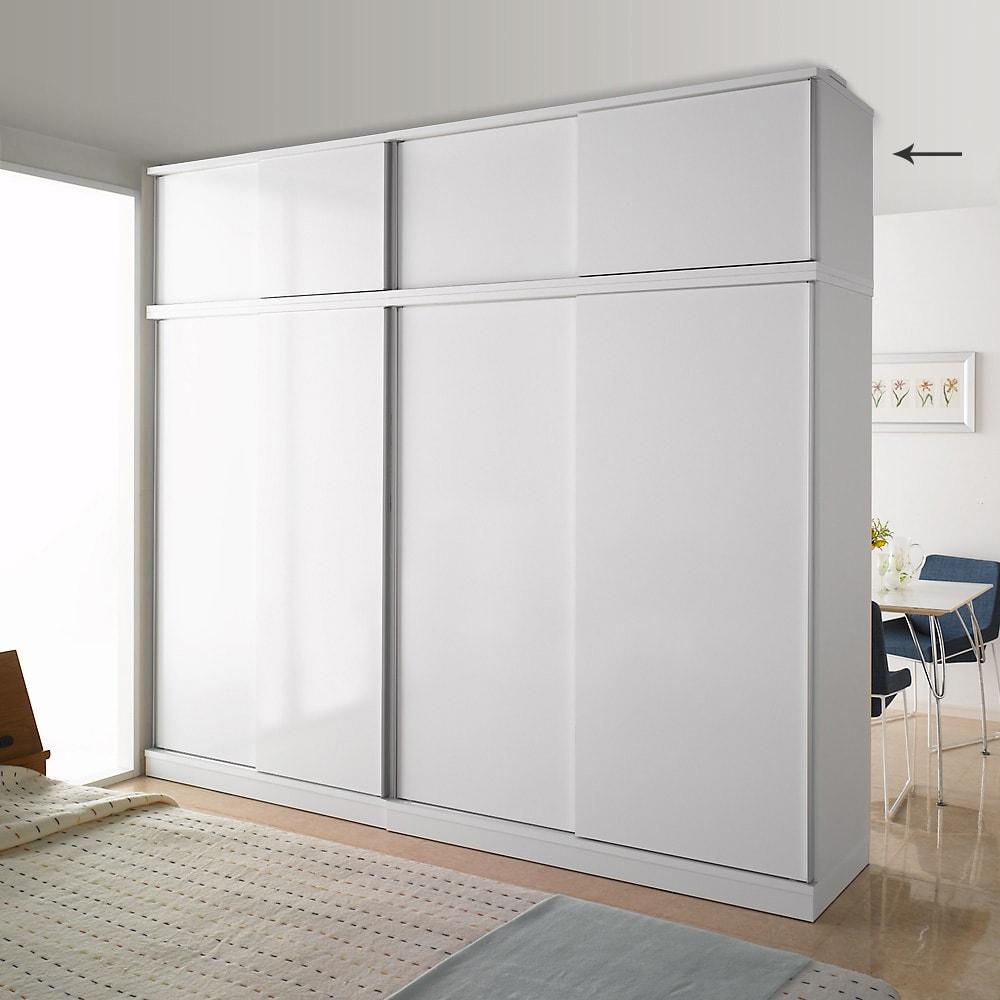 引き戸間仕切りワードローブ 幅148cm用「オーダー上置き」 扉閉め時 ホワイト 本体(別売)の上に上置きを設置して撮影しています。