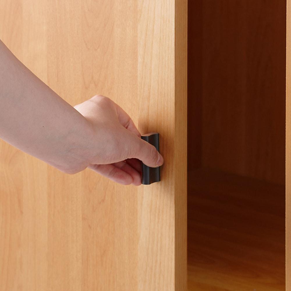 アルダー天然木格子スライドワードローブ ハンガー・右ミラー・幅100cm 右扉は取っ手をつかんで開閉します。