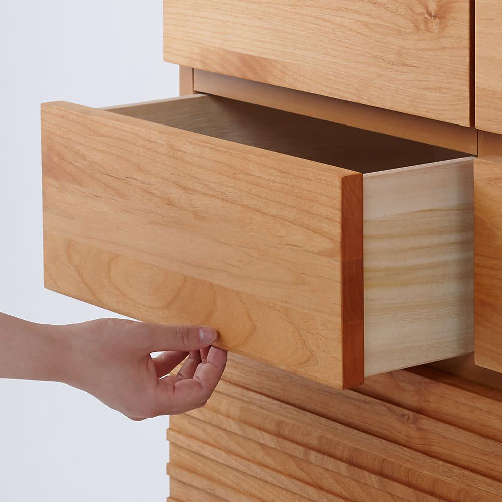 アルダー天然木格子スライドワードローブ ハイチェスト・幅80cm 引き出し下部のすき間から手を掛けて開閉を行います。※画像は小引き出しのためスライドレールはついておりません。
