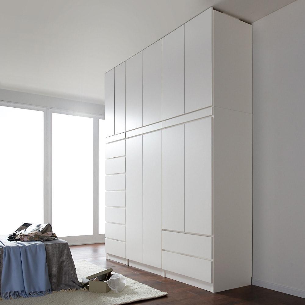 必要な時だけ引き出せるちょいかけハンガー付きクローゼット ハンガー1段可動棚2枚 幅80cm コーディネート例(ア)ホワイト ※シリーズ商品の組み合わせで壁一面を壮大なクローゼットにすることもできます。