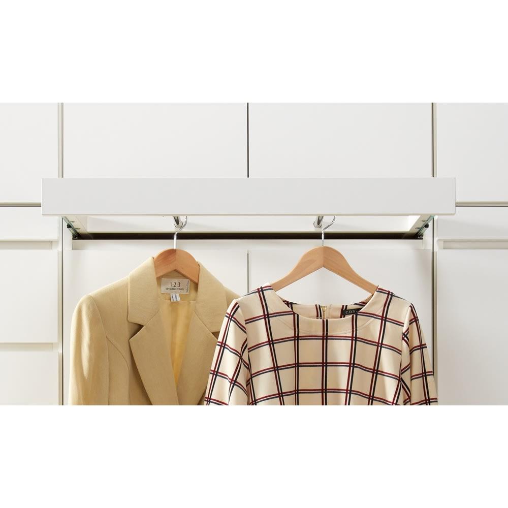 必要な時だけ引き出せるちょいかけハンガー付きクローゼット 棚7段 幅80cm 本体の幅よりも洋服の幅が内側になるよう工夫。ハンガーを掛けた際に斜めになりにくい設計です。
