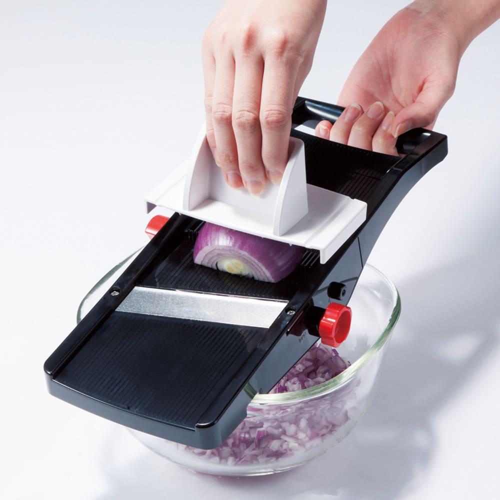 厚さ幅調節機能付き日本製スライサー ダイヤルでスライス・ツマ切り・千切りに切り替え。 厚さ調節ダイヤル。厚さは6mmまで無段階調節可能。 玉ねぎのみじ切りも簡単。