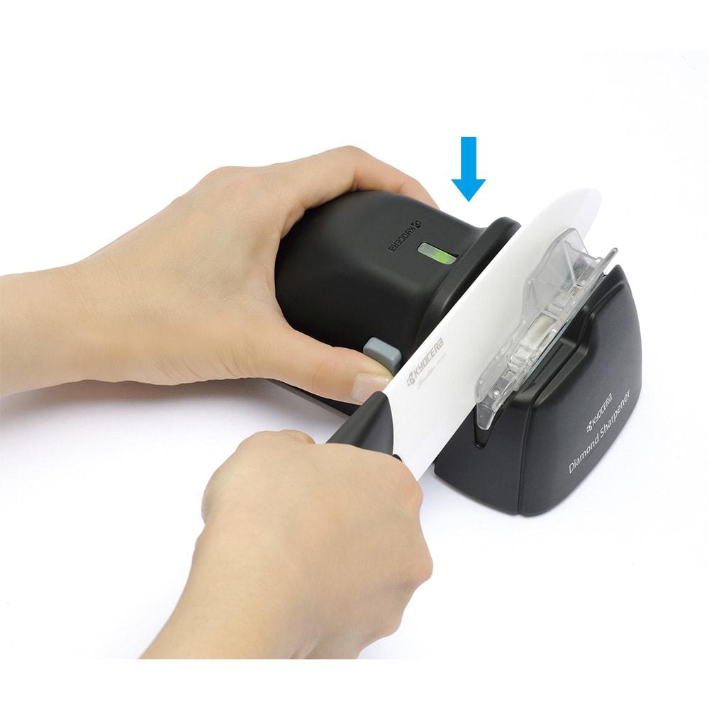 京セラ 電動ダイヤモンドシャープナー(包丁研ぎ) ガイドに合わせて、差し込むだけ。押すとON、離すとOFFの安全スイッチ構造。