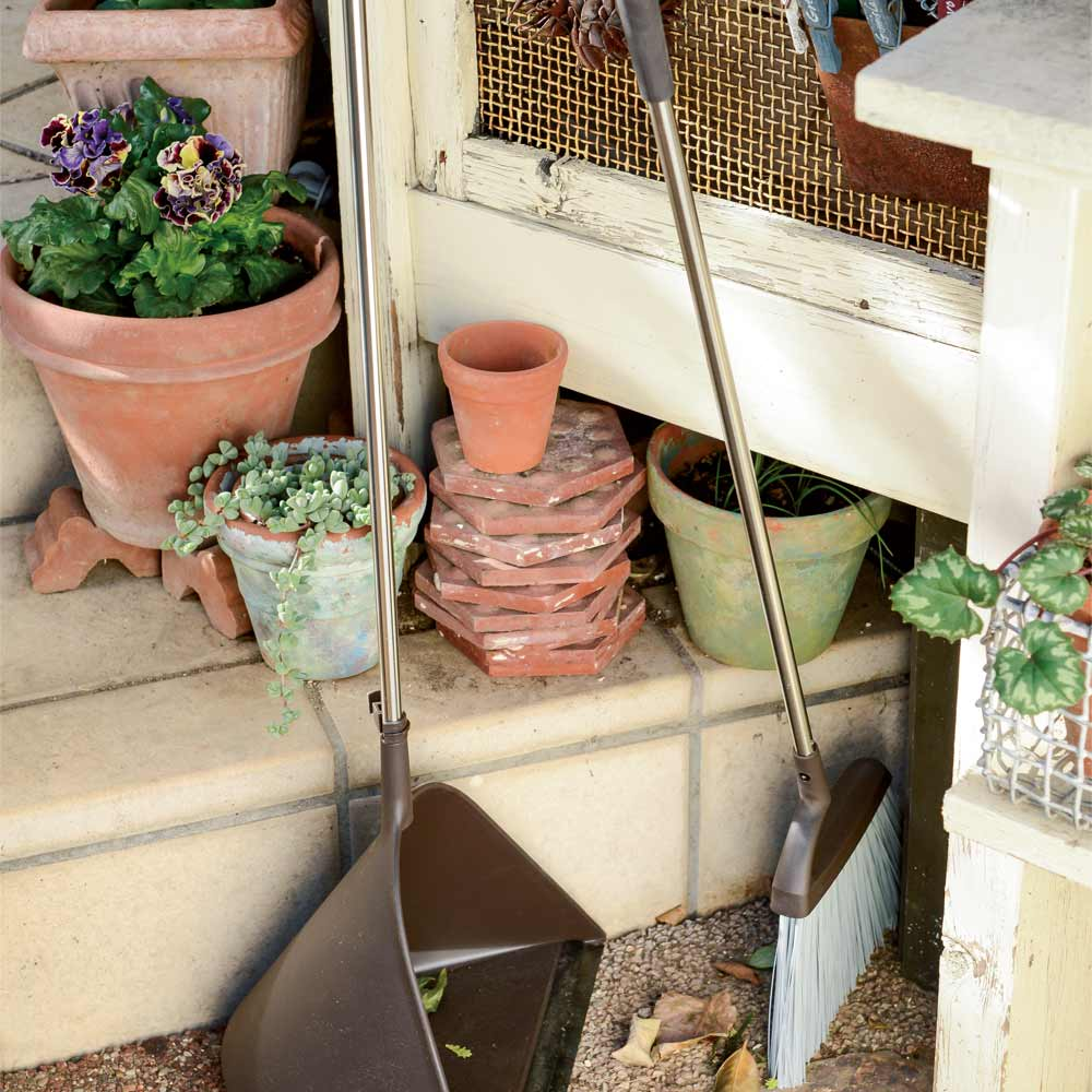 プロ仕様 モダンほうき&塵取りセット 細かい場所の落ち葉もしっかりキャッチ。