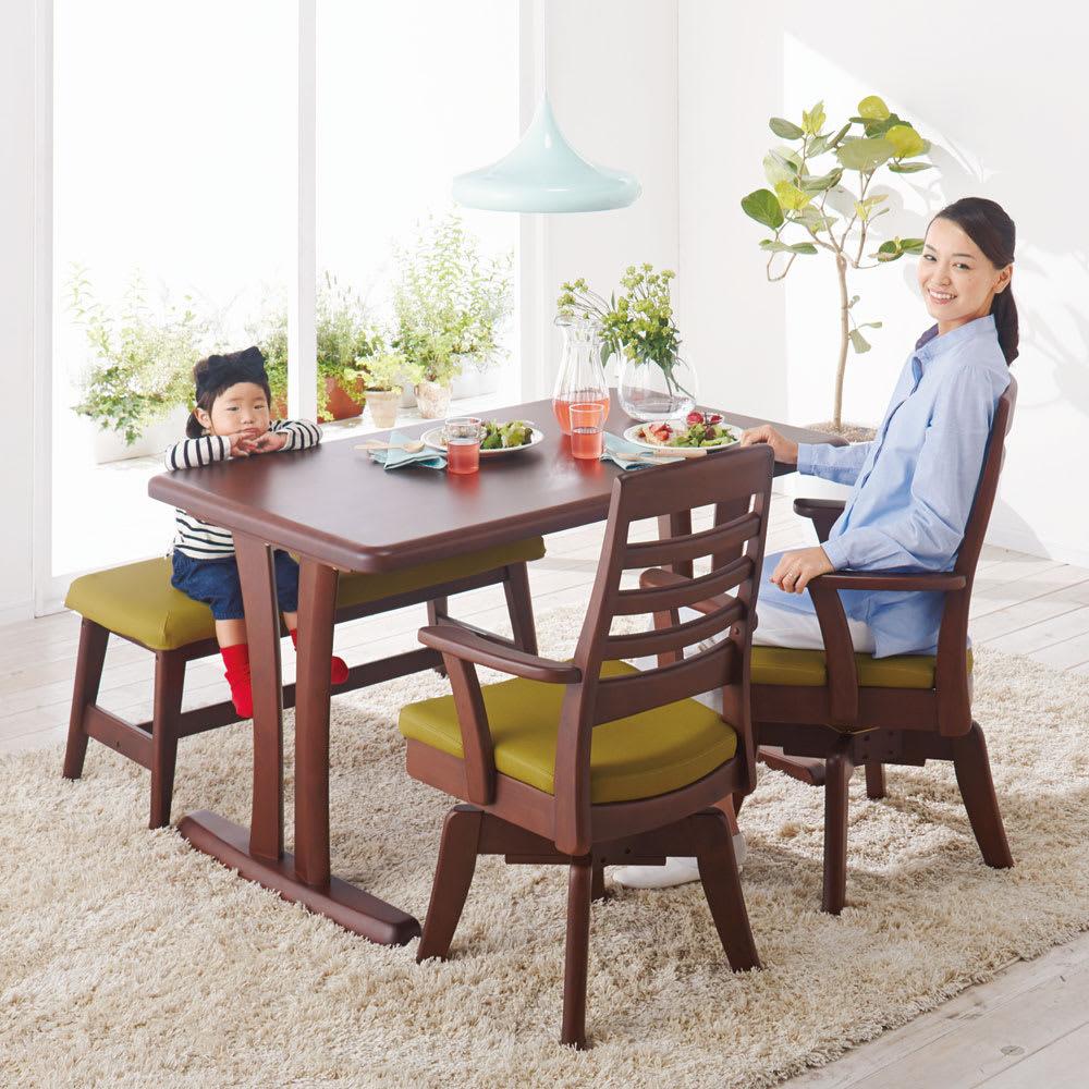 角が丸くて優しい天然木ダイニング テーブル 2本脚 幅125奥行75cm コーディネート例(イ)ダークブラウン 対応人数めやすは約4人用です。