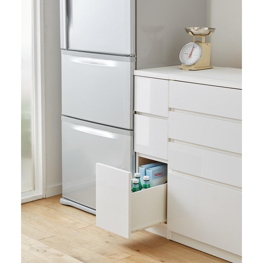 組立不要 サイズが選べる多段すき間チェスト 幅25cm・ロータイプ キッチンの隙間や空きスペースを有効活用できる収納チェストです。