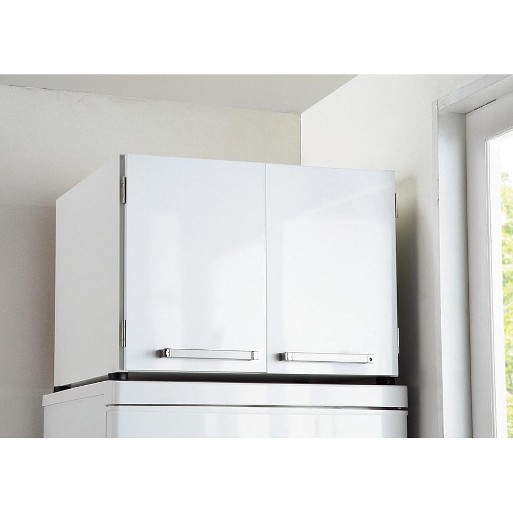 光沢仕上げ・冷蔵庫上ストッカー 幅57cm(脚部59cm) 幅57cm(脚部59cm)タイプは小さめの冷蔵庫にもピッタリです。ホットプレートの収納場所にも!!