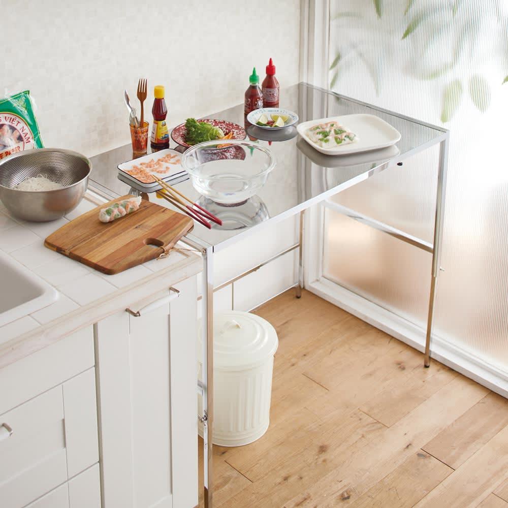 幅と高さが伸縮できるステンレス作業台 幅76~120 奥行60cm ≪シンク、冷蔵庫の横に≫ ※写真は幅100cm高さ86cm設定