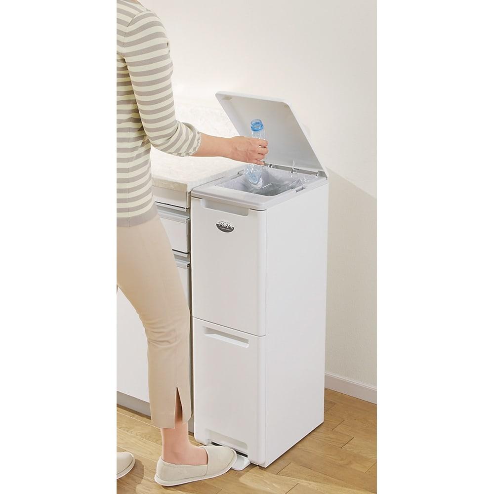 キッチンすき間収納 ダストボックス 2分別ペダル付き ペダルを踏むと上部のフタが開きます。 手がふさがっている時にとても便利♪