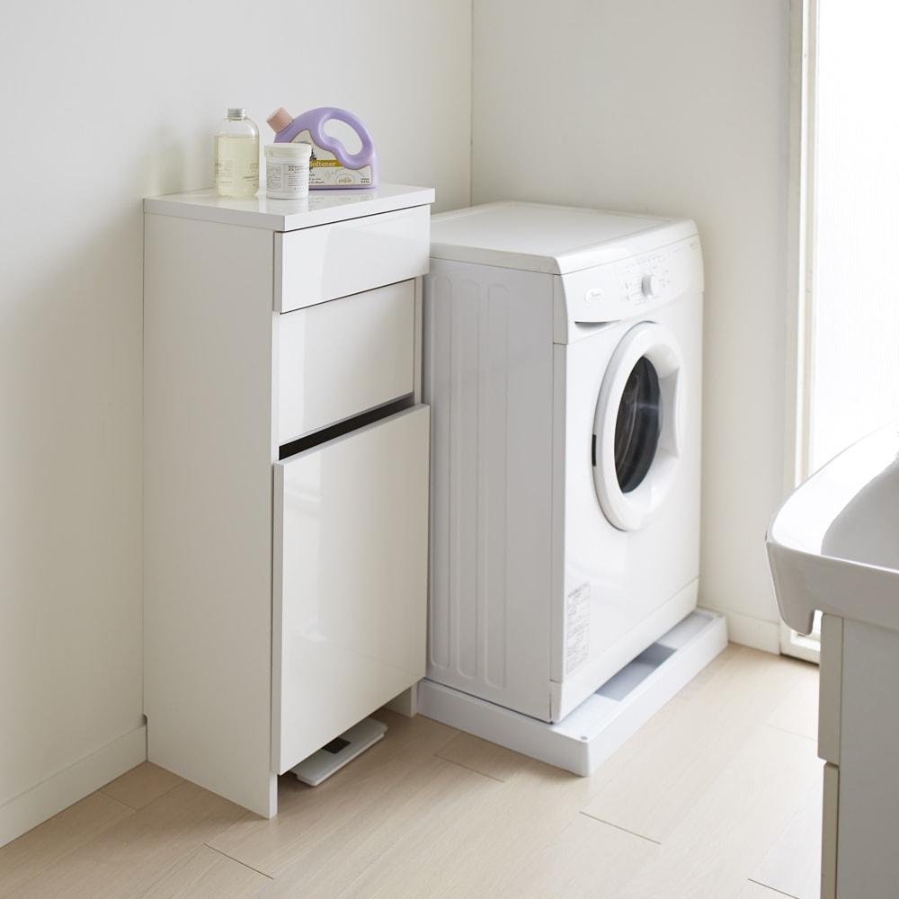 組立不要 洗濯カゴ付き2in1光沢サニタリー収納庫 ロータイプ 幅43.5cm 薄型で圧迫感のない洗面所収納です。洗濯かごと引き出しのダブルの収納力。使いやすさにこだわりました。 ※足元には高さ8cmの隙間がありヘルスメーターが入ります。