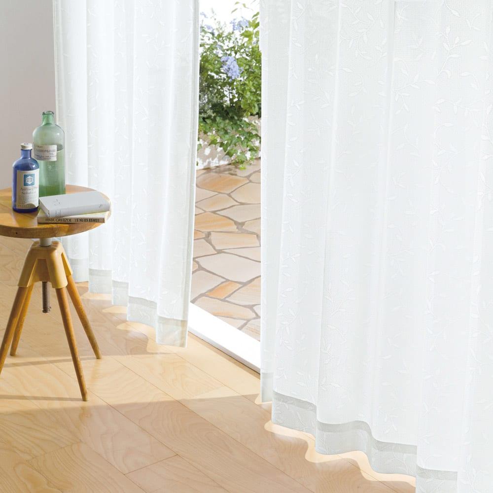 リーフ柄 形状記憶加工 多サイズ・多機能レースカーテン 幅100cm(2枚組) コーディネート例(ア)ホワイト