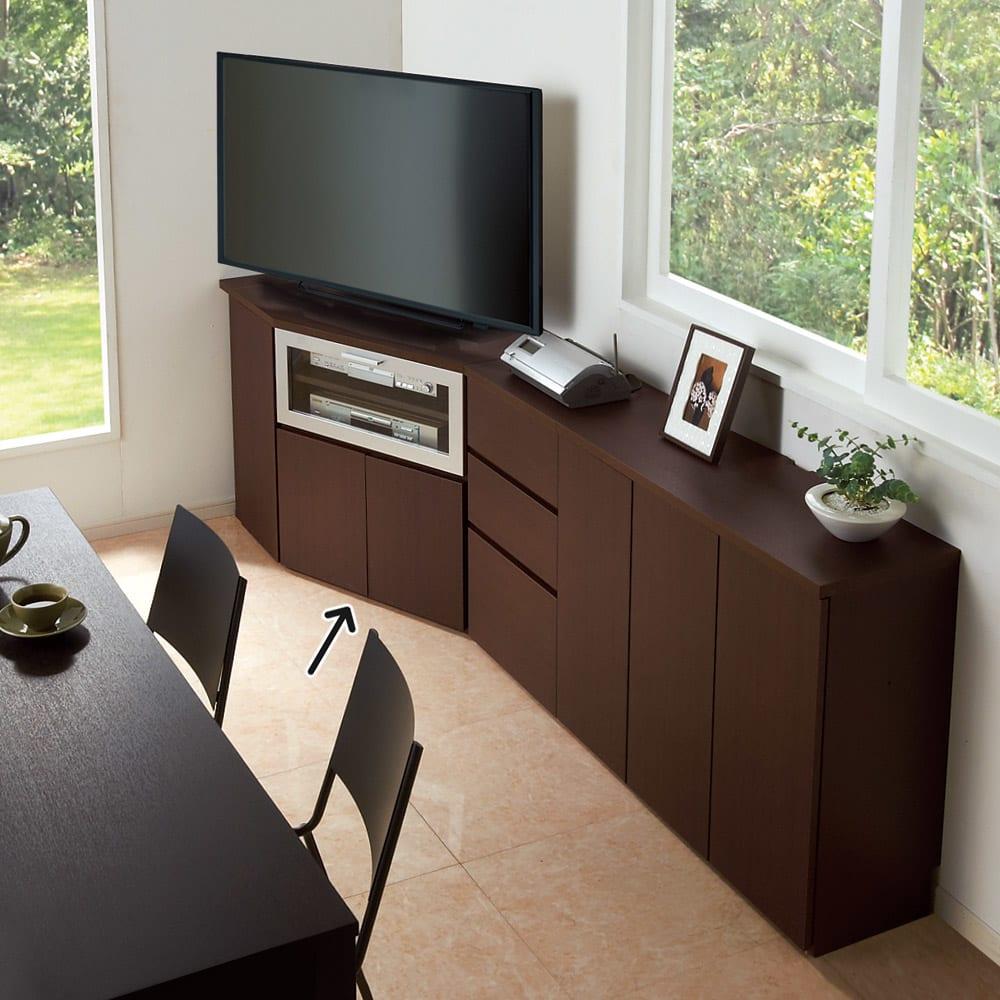 ダイニングテーブルから見やすいハイタイプテレビ台左コーナー用(左壁用) ※お届けはハイテレビ台左コーナー用です。 天板奥には配線用カットがあるため電化製品の設置もOK。