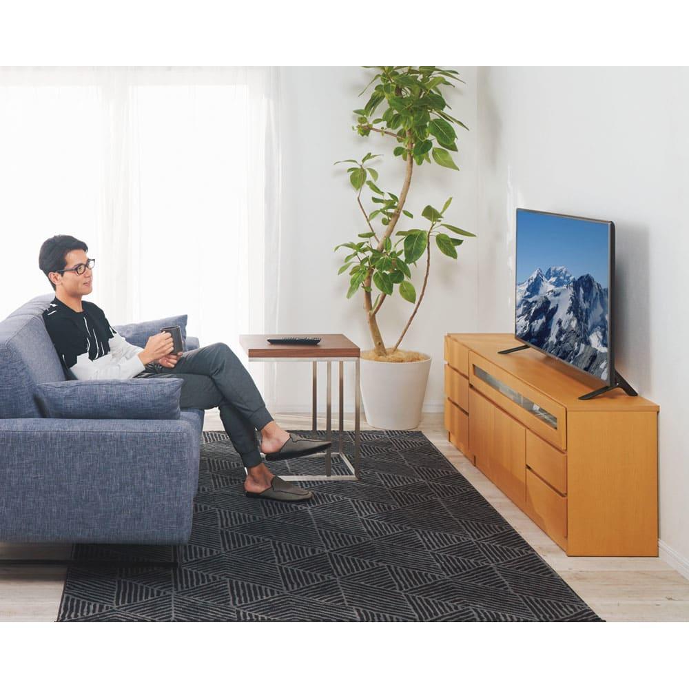 【完成品・国産家具】ベッドルームで大画面シアターシリーズ チェスト 幅45高さ55cm コーディネート例(イ)ナチュラル 高さ55cmはソファからもちょうどいい眺め。ソファにゆったりと腰かけて画面を見ても疲れにくい高さ。空間も広々と使えます。