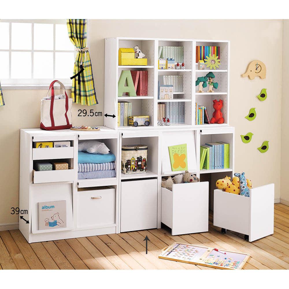 奥行39cm マガジン&レコードキャビネット ベース ボックスタイプ3列[高さ85・幅113cm] [コーディネイト例] ボックスタイプは子供にも収納しやすく、キッズルームのおもちゃや衣類の収納にぴったり。