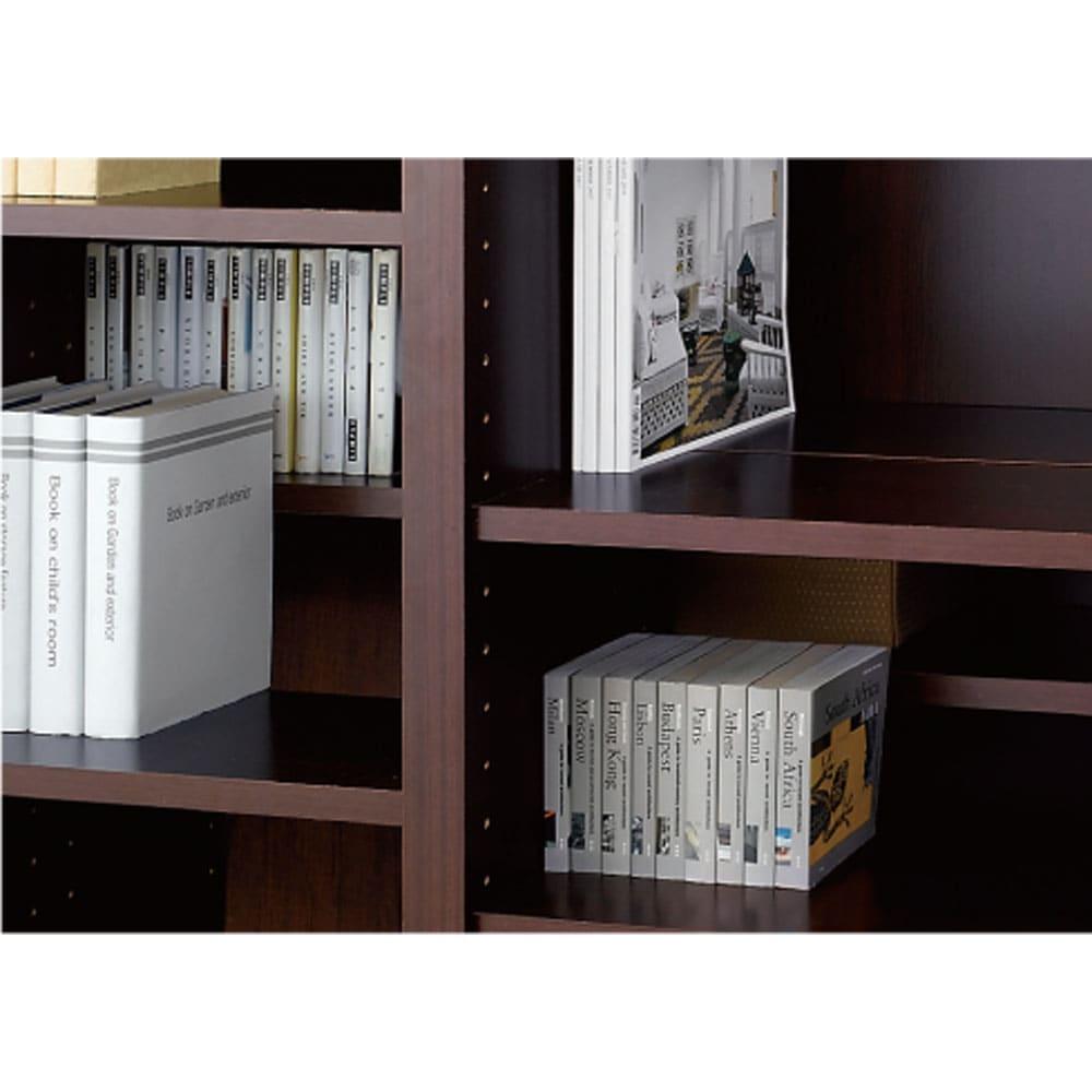 奥行39cm マガジン&レコードキャビネット 上段 段違い棚オープン3列[高さ79・幅113cm] 棚板の奥行(1枚あたり)は、18cm。奥行違いにすれば段違い収納ができ、奥行を同じにすればぴったりと収納できます。