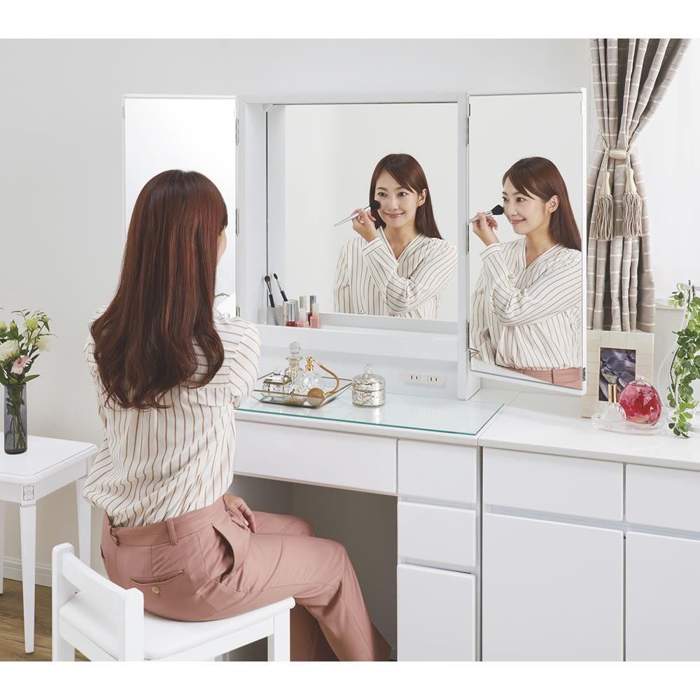 3面鏡ドレッサーシリーズ ドレッサー(スツール付き) 幅60cm 3面鏡はこんなに便利!メイクの左右バランスやヘアスタイルをしっかりチェック。 ※写真のドレッサーは幅80cmタイプです。
