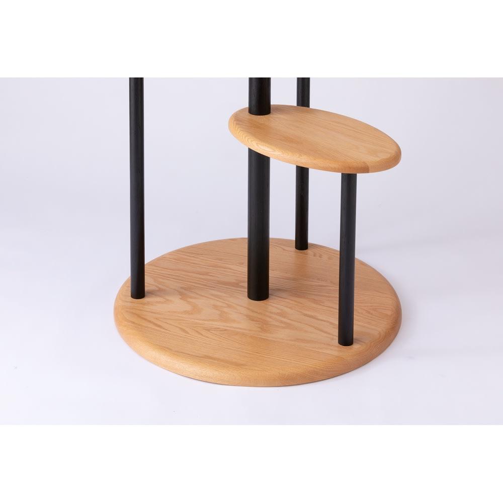 オーク天然木無垢材でできた ネコ用タワー 安定感のある直径60cmのベース。