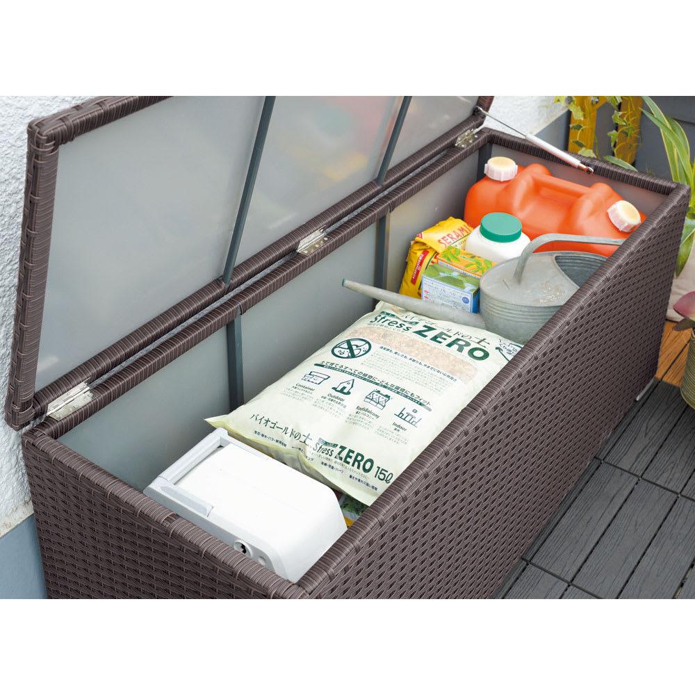 組立不要ラタン調ベンチ収納 幅60cm 用土、肥料、ホースリール、灯油タンクなど、かさばるものもすっきり収めて目隠しできます。 ※写真は幅120cmタイプ。