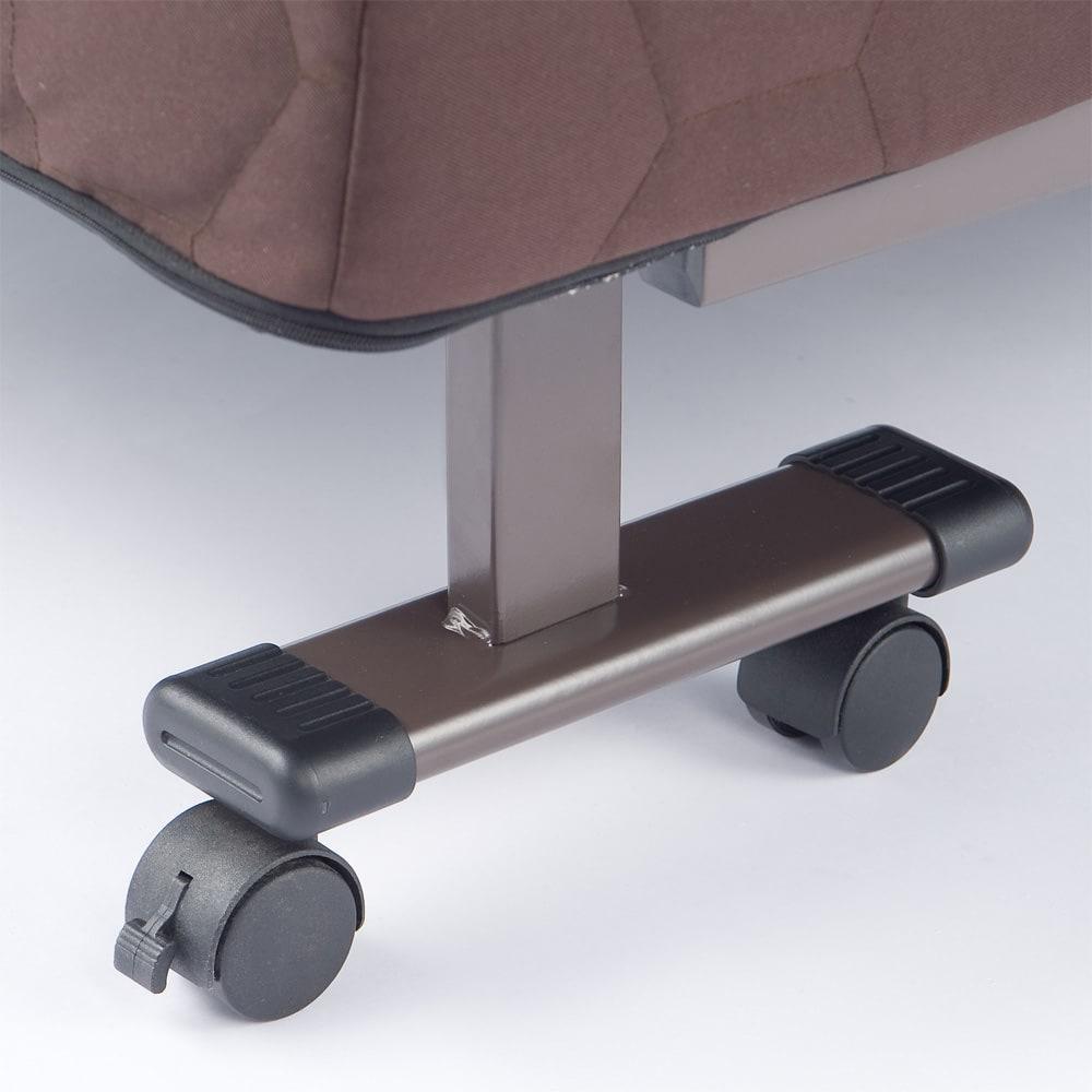 開梱してすぐ使える![組立不要]低反発ダブルリクライニング電動ベッド キャスターにはストッパー付き。
