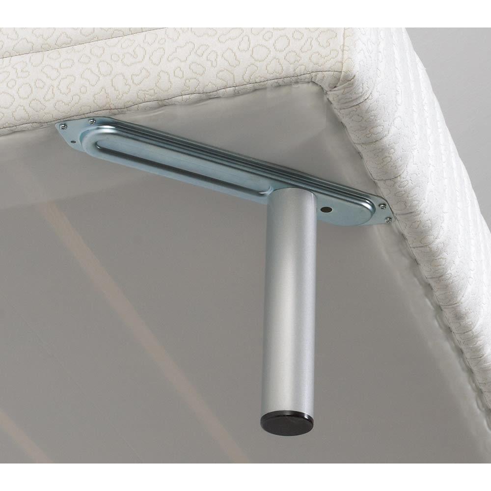 France Bed/フランスベッド 軽くて丈夫な脚付きマットレスベッド 本体に固定された金具に脚部を固定。しっかり丈夫な構造です。