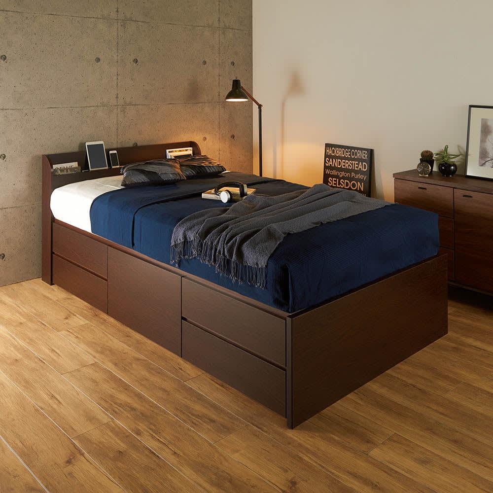 寝そべりながらタブレットが使えるベッド ポケットコイルマットレス(厚さ19cm)付き コーディネート例(イ)ダークブラウン シックなお部屋に合うダークブラウン色。 ※写真はセミダブルサイズです。 ※引き出しは左右どちらにも設置できます。