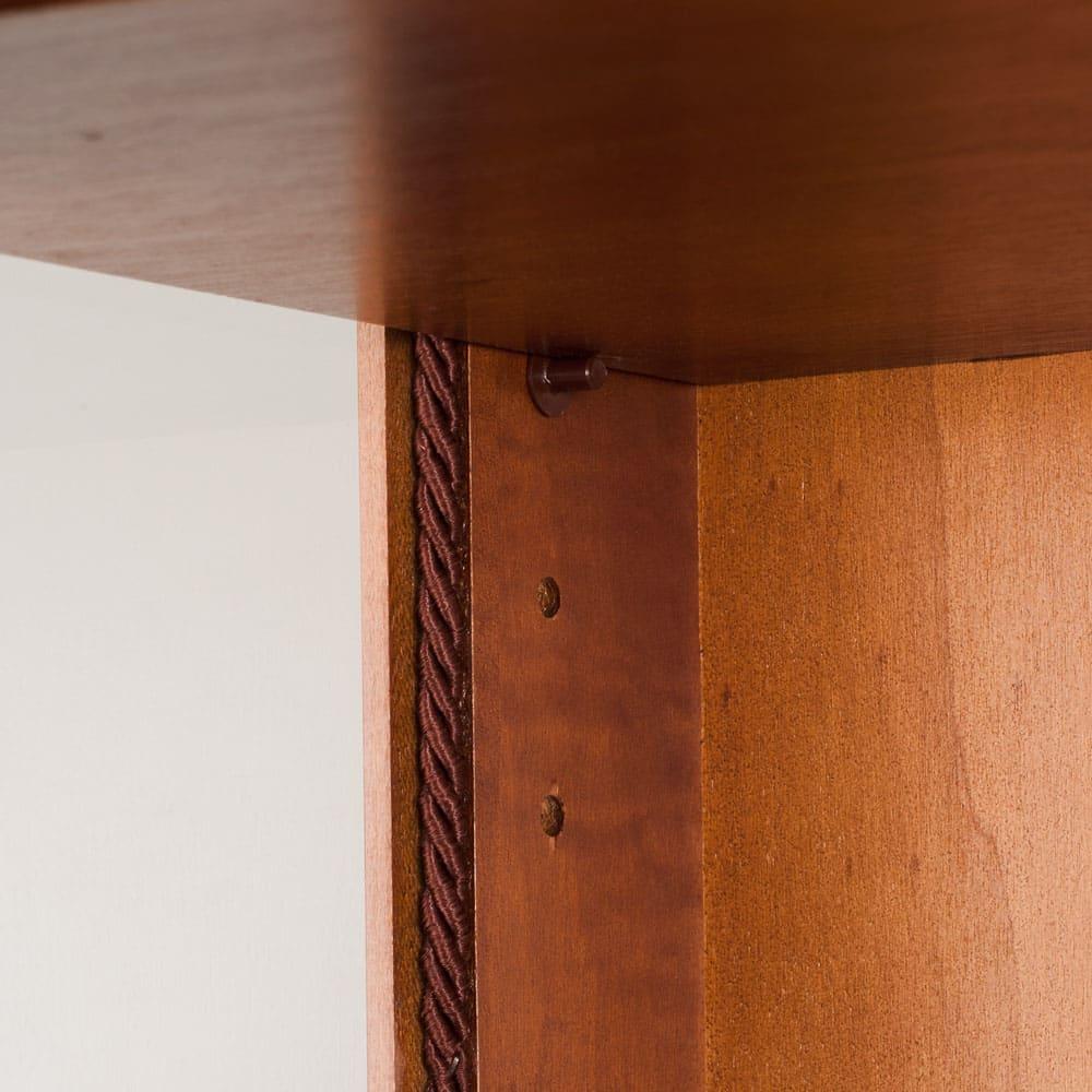 イタリア製クラシック ガラスコレクションキャビネット 棚板は6.4cmピッチ12段階で可動します。