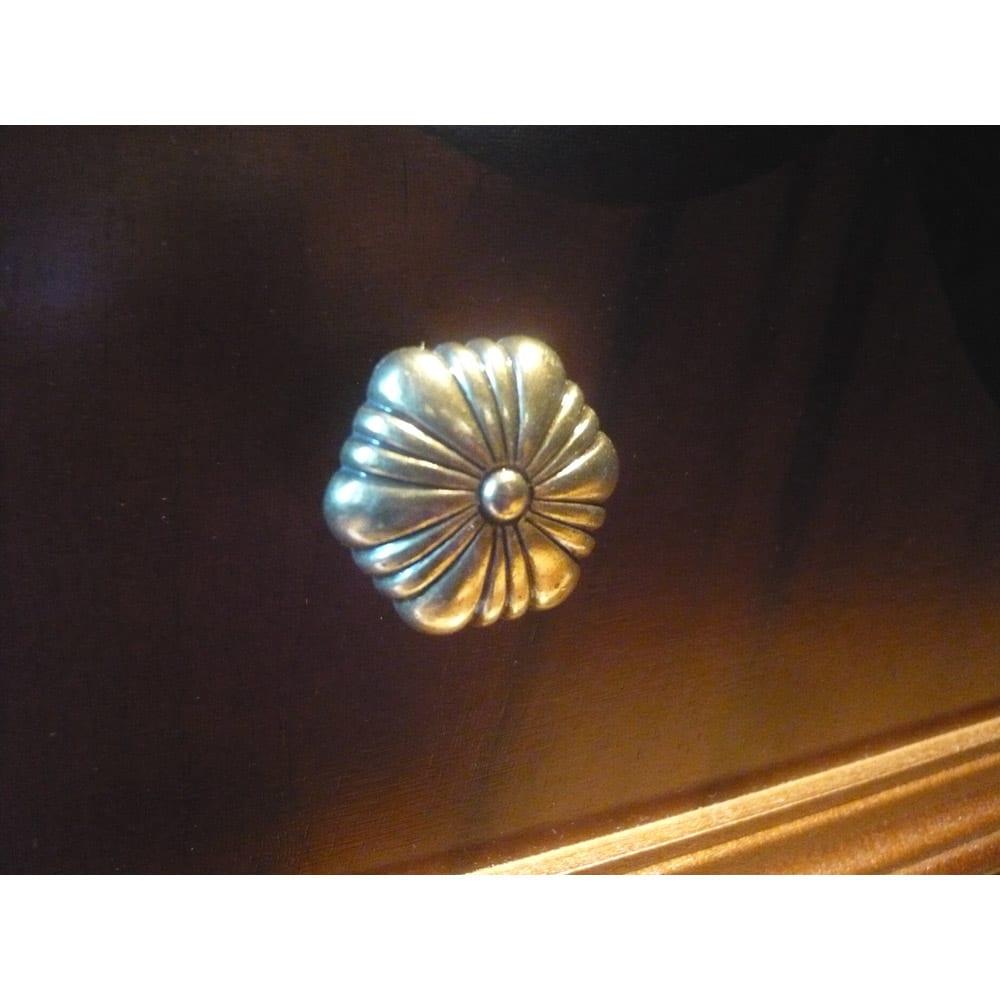 イタリア製クラシック ガラスコレクションキャビネット 真鍮の愛らしいデザインの花モチーフ取っ手。