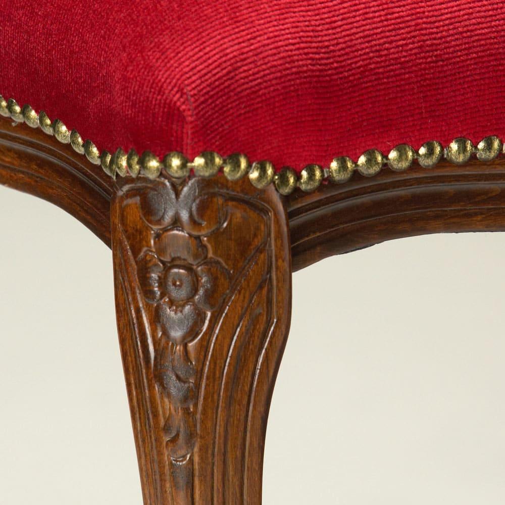 イタリア製クラシックシリーズ スツール 幅47奥行36高さ47cm 脚部にはクラシカルな彫刻が施されています。座面の張り地止めには(ア)ベージュはレース調のリボン、(イ)レッドには鋲打ちされたこだわりよう。