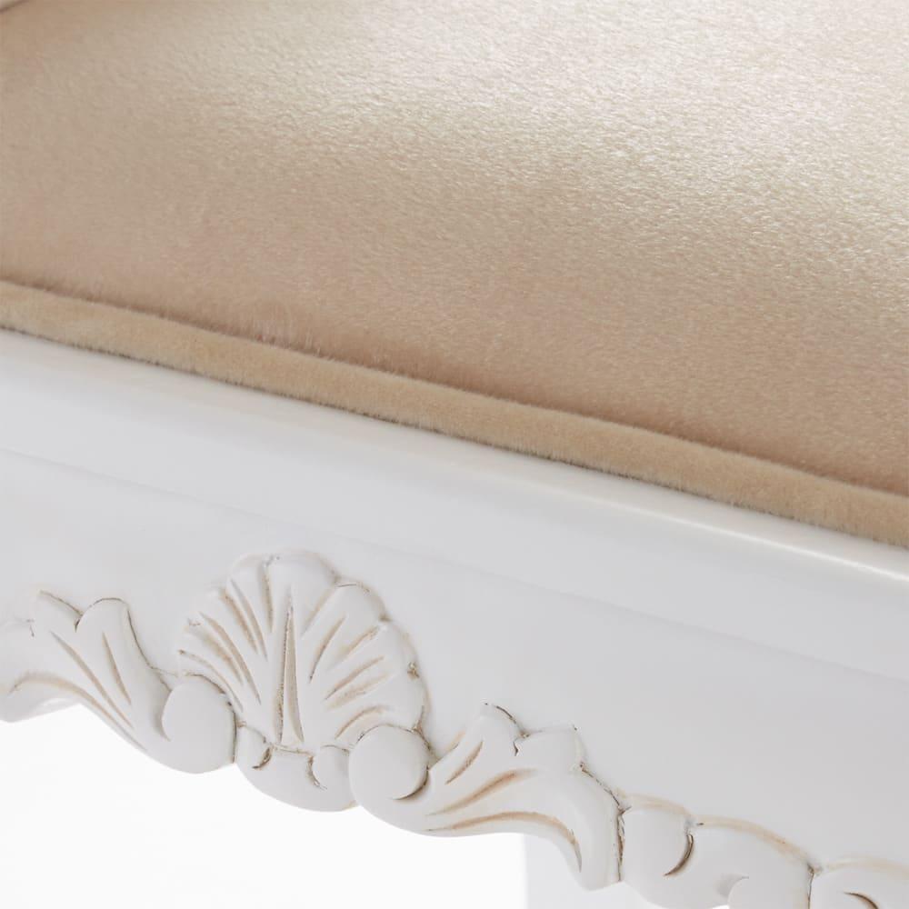 アンティーククラシックシリーズ ドレッサー&スツール スツールの座面フレームにも細やかな装飾が施されています。