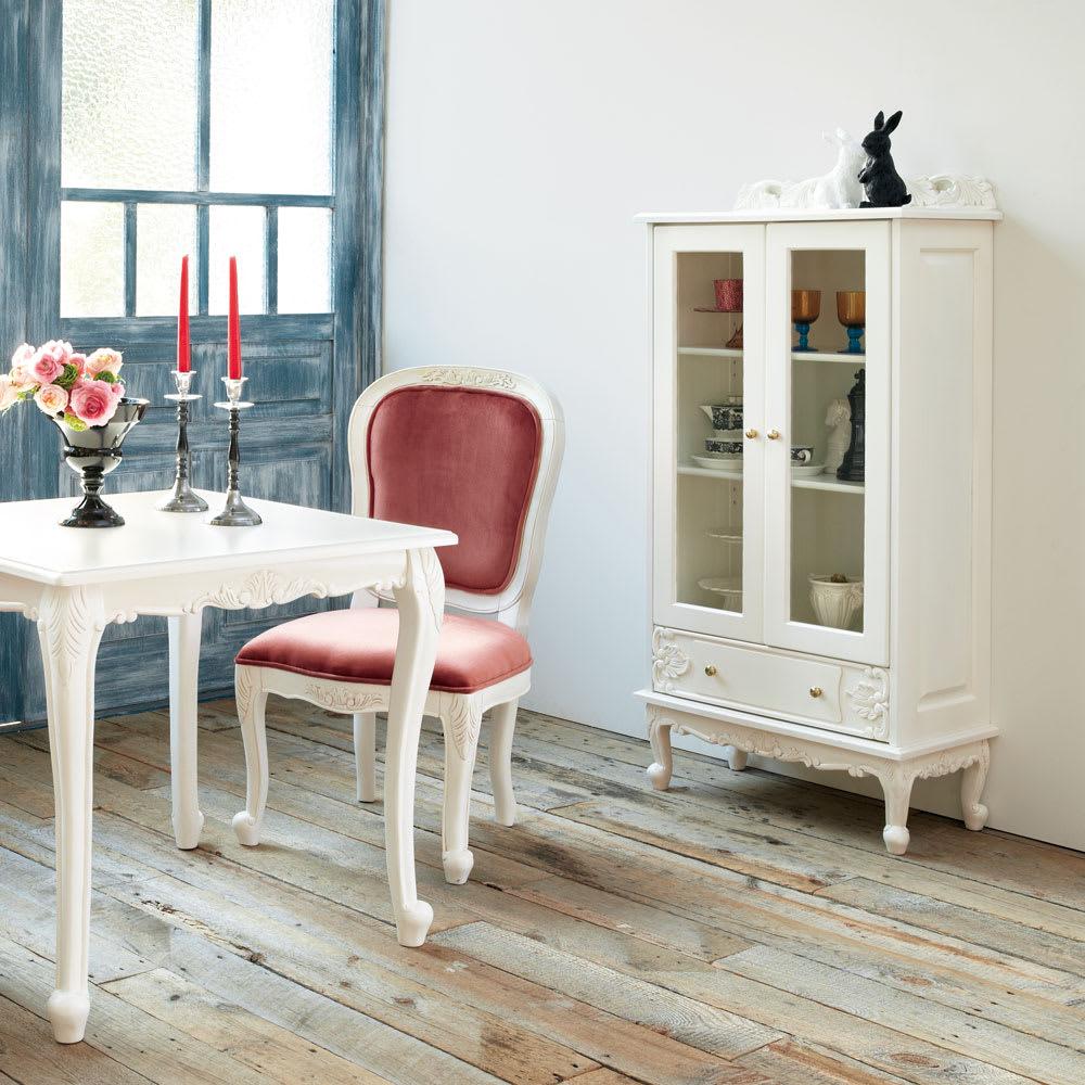 アンティーク クラシック シリーズ ガラス扉キャビネット 幅70cm コーディネート例 リビングダイニングの食器棚としてもお使い頂けます。