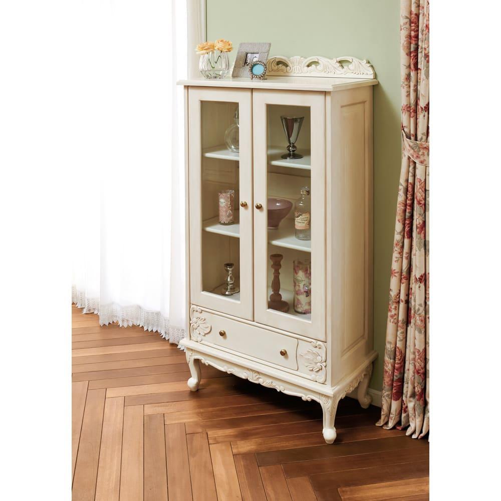 アンティーク クラシック シリーズ ガラス扉キャビネット 幅70cm リビングコレクションケースだけでなく、食器棚としても人気の商品。